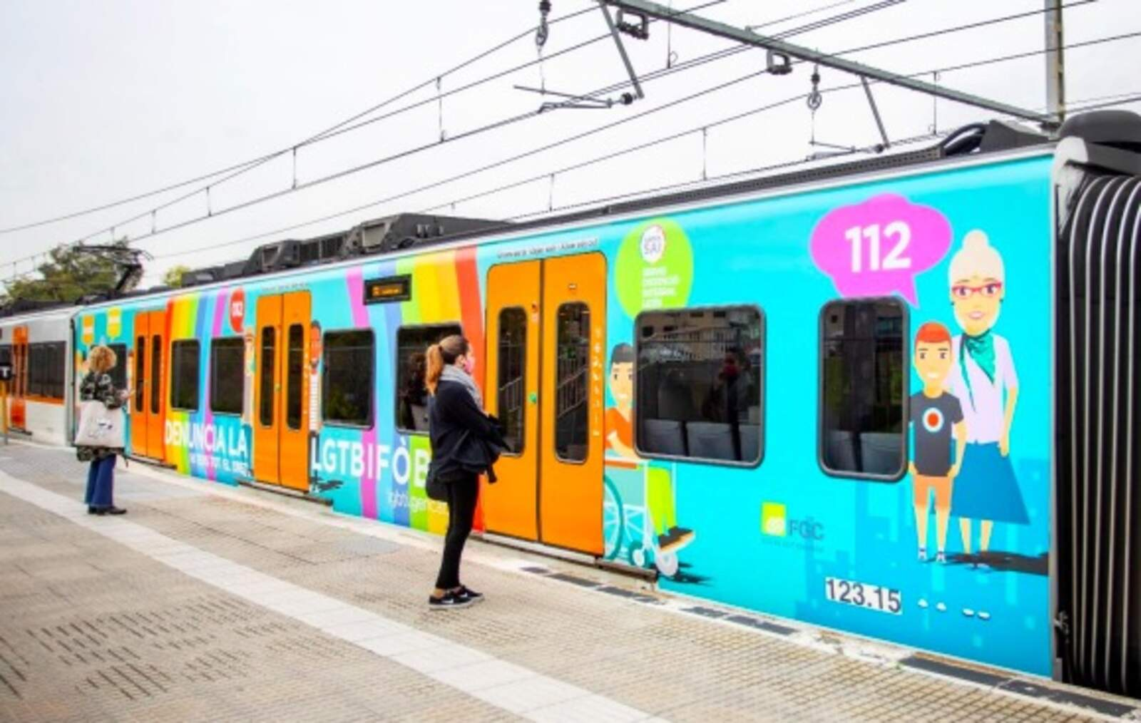 Un dels trens vinilats per la campanya de FGC