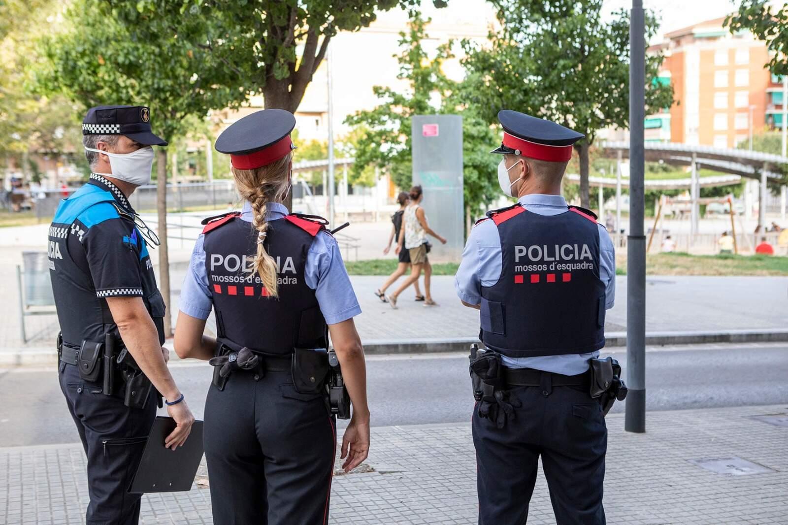 Una patrulla dels Mossos amb la Policia Municipal vigilant el compliment de la normativa