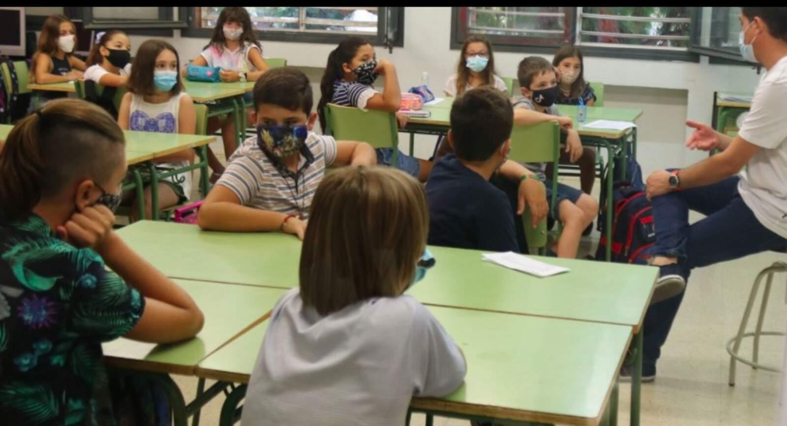 una classe de l'Escola Catalònia de Barcelona amb tots els alumnes amb mascaretes