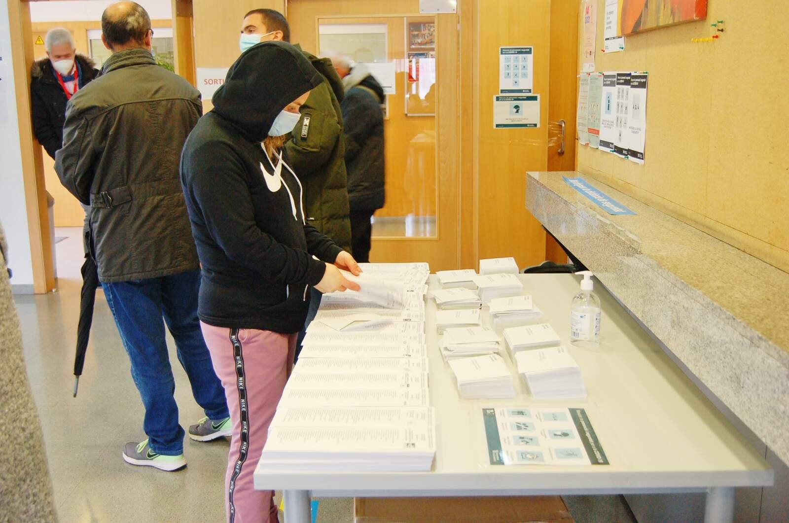Matí de votacions al Centre Cívic Francesc Macià i Casal Gent Gran Sant Pere Nord