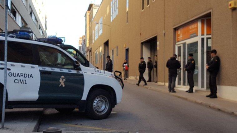 Agents de la Guàrdia Civl a les portes d'Unipost Terrassa  | Cristóbal Castro