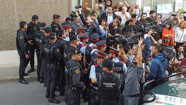 Guàrdia Civil i Mossos fent un cordó amb els manifestants a Unipost Terrassa    Cristóbal Castro