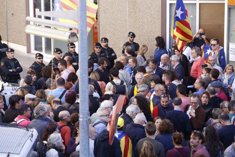 Manifestants i Guàrdia Civil a les portes d'Unipost  | Cristóbal Castro