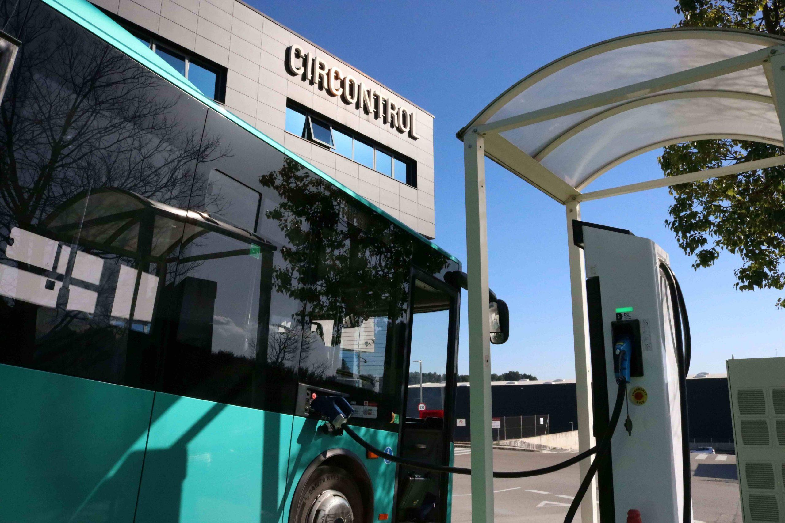 L'autobús elèctric recarregant-se a la seu de Circontrol, a Viladecavalls | Circontrol
