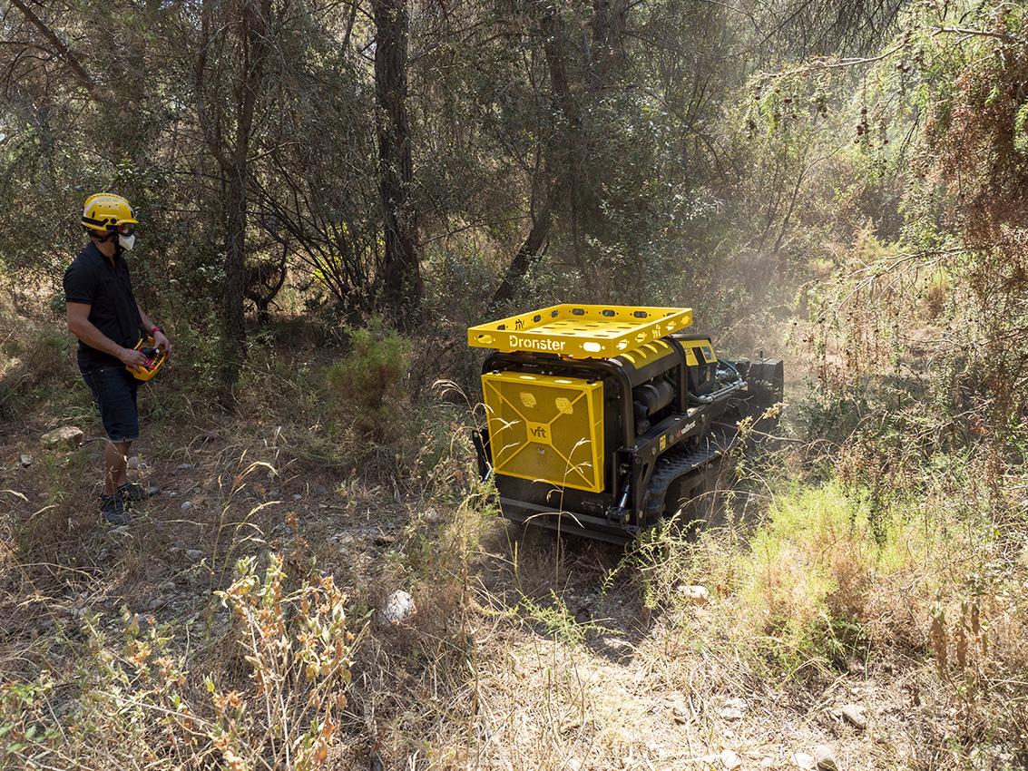 En Dronster fent feina en un bosc de Matadepera | Miquel Badia