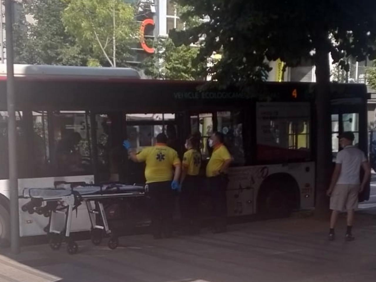 Atenció dels sanitaris en un autobús de Terrassa | javier Juárez