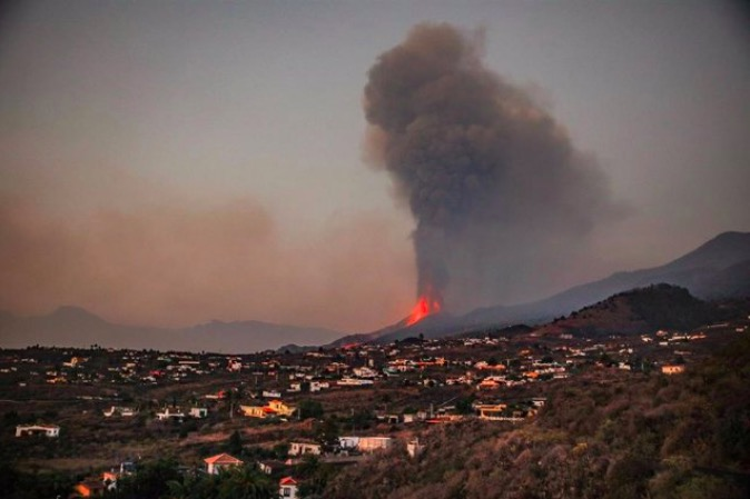 El volcà de Cumbre Vieja a La Palma, en plena erupció   Kike Rincón - Europa Press