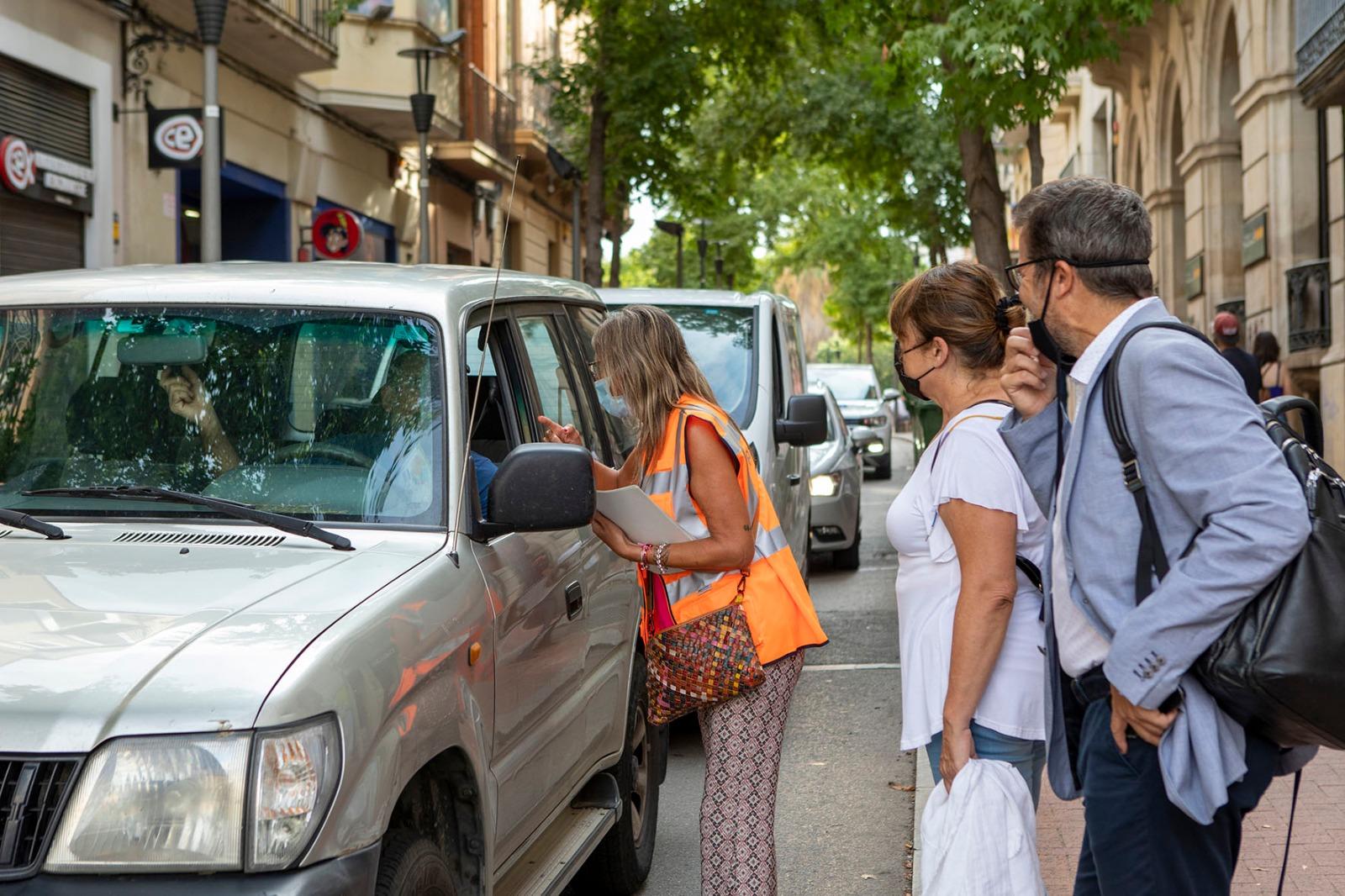 La regidora Lluïsa Malgares i el regidor Isaac Albert en el primer dia de curs escolar amb les noves àrees de vianants a Terrassa   Ajuntament de Terrassa