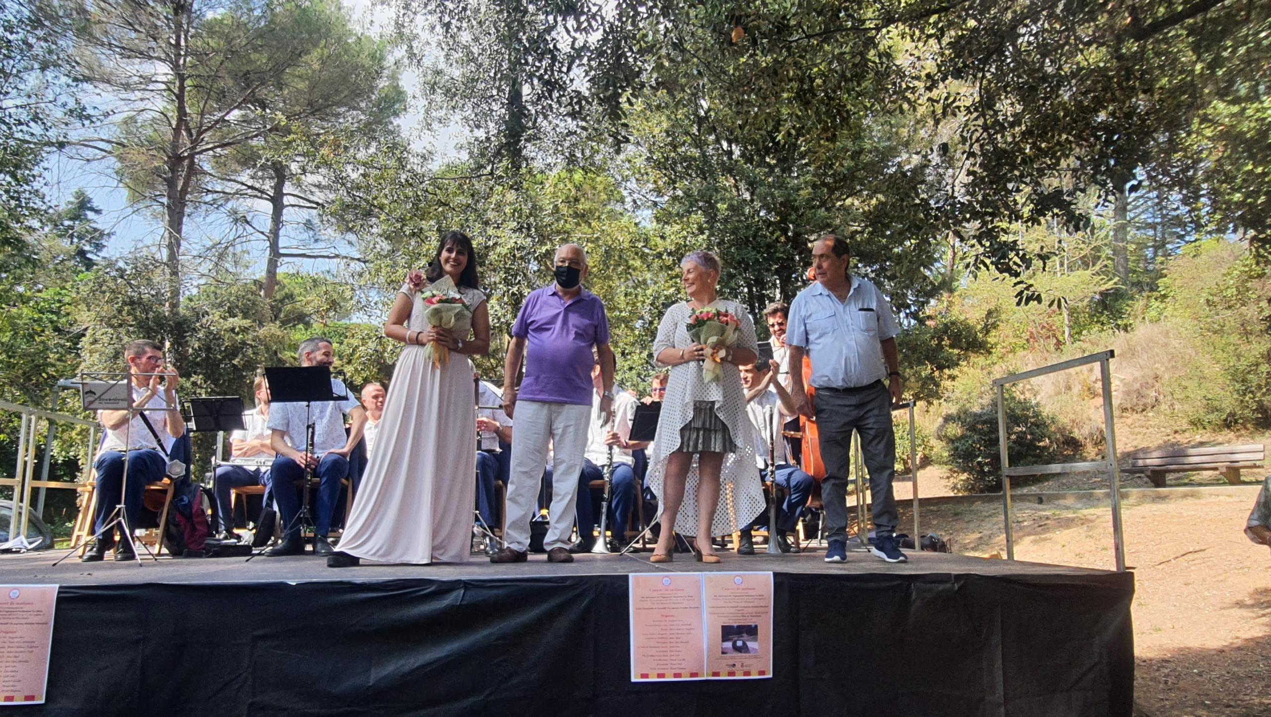 La soprano Ariadna Moraleda i la presentadora Núria Escudé, que els hi van fer entrega Ramon Ruestes i Josep Colomer   Agrupació Sardanista La Mola