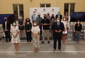 La diputada d'Igualtat i Sostenibilitat Social, Lluïsa Moret, amb els representants dels 13 municipis que participen al PT de Barris   Xavier Subiràs